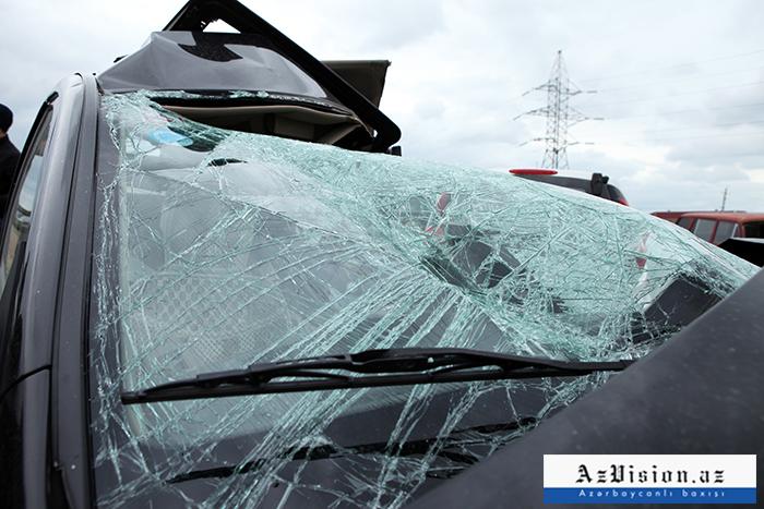 """Lənkəranda """"Mercedes"""" aşıb, 2 nəfər yaralanıb"""