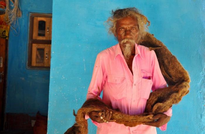 """Il ne sait pas couper ni laver les cheveux depuis 40 ans car ils sont """"une bénédiction de Dieu"""""""