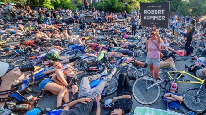 """Radfahrer protestieren mit einem """"die-in"""""""
