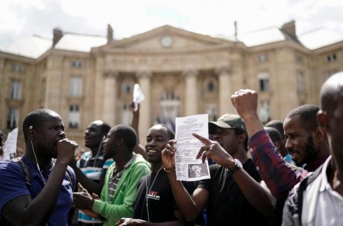 France:   des centaines de sans-papiers occupent brièvement le Panthéon