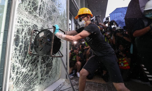 Hong Kong protests: group tries to storm government building
