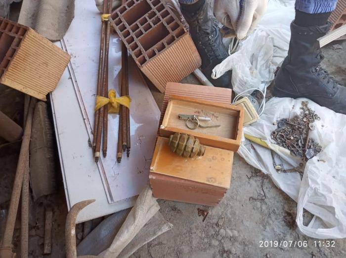Yaşayış binasının damında qumbara və partlayıcı tapılıb