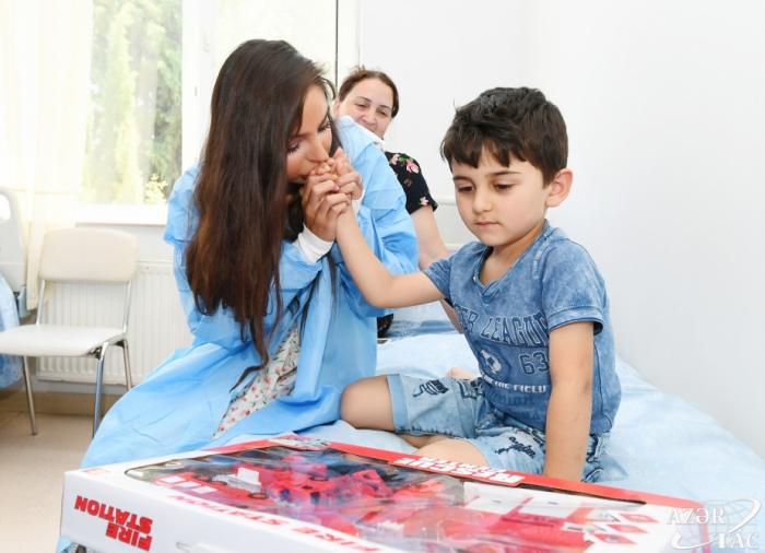 Leyla Əliyeva müalicə alan uşaqlarla görüşüb