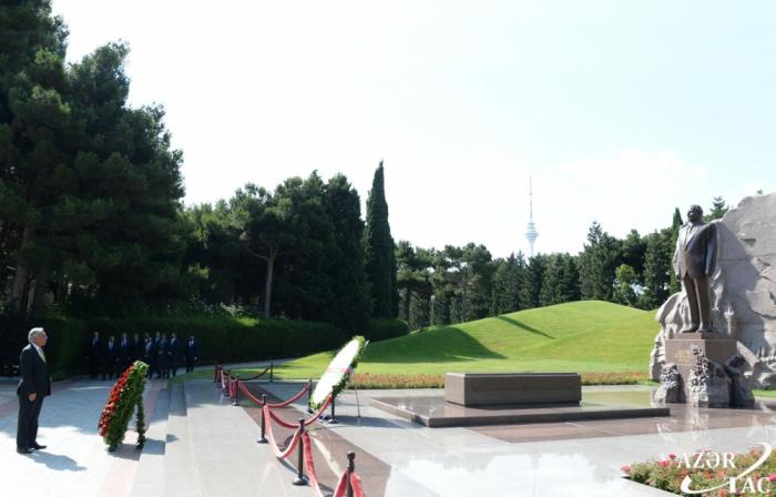 La delegación afgana visita la tumba del gran líder Heydar Aliyev