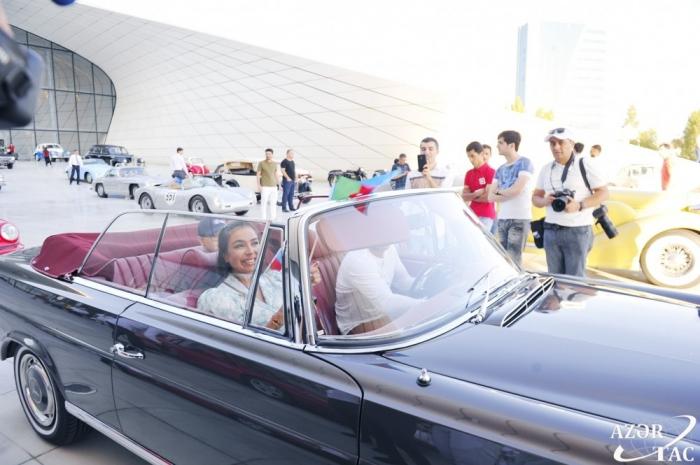 Défilé et exposition de voitures anciennes à Bakou -  PHOTOS