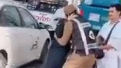 """تحية عسكرية من رجل أمن سعودي لوالدته """"الحاجّة أم الشهيد"""""""