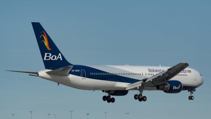 VIDEOS  : Un avión de una aerolínea boliviana sufre destrozos en el interior tras un accidentado aterrizaje