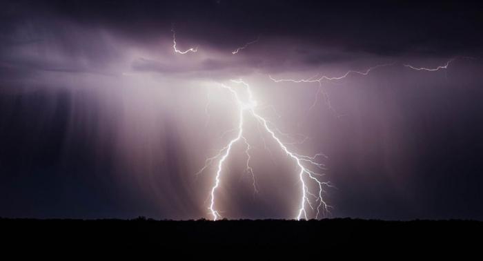 Unglaublich: Blitz schlägt zehnmal an derselben Stelle ein –   Video
