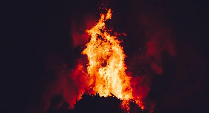 Un incendio arrasa el monte Himeto al este de Atenas