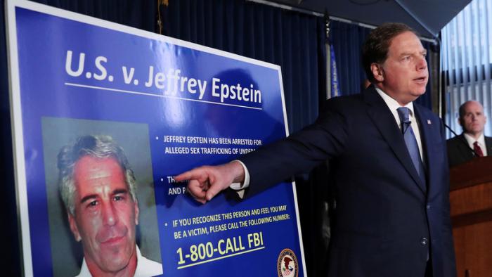 """Una médico forense dice estar """"segura"""" de que Epstein se ahorcó en su celda"""
