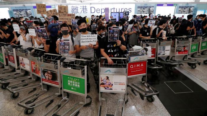 FOTOS:   Manifestantes vuelven a bloquear el aeropuerto de Hong Kong