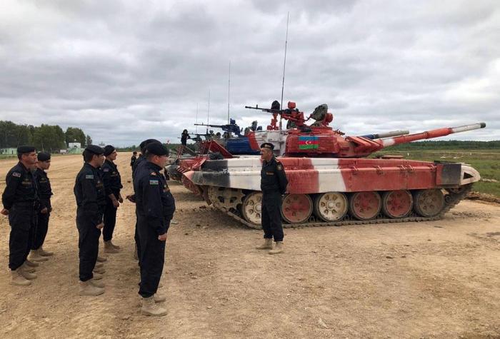 """Aserbaidschanische Panzerfahrer, die am """"Panzerbiathlon"""" teilnehmen, bestreiten die komplette Vorbereitung auf das Finale"""