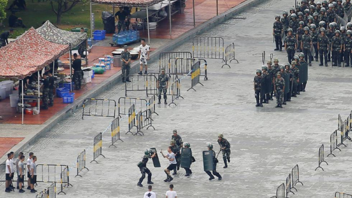 China lleva a cabo ejercicios antidisturbios en la frontera con Hong Kong