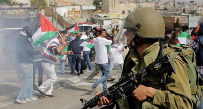 Más de un centenar de palestinos heridos en choques con los militares israelíes en Gaza