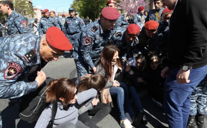 İrəvanda etirazlar: Parlament binası mühasirəyə alındı