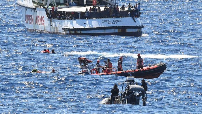 VIDEO: Nueve inmigrantes del barco de rescate Open Arms se lanzan al agua para llegar a la isla italiana de Lampedusa