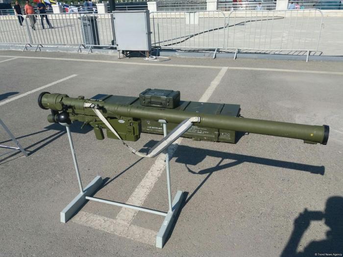 Aserbaidschanischer Staatsgrenzdienst zeigt neues Raketensystem auf Militärausstellung in Baku