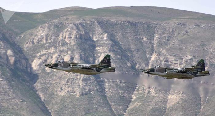 Su-25   demonstriert beachtliche Robustheit: Jets landen und starten mitten auf Feld –   Video