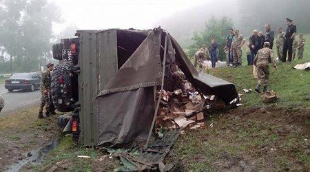 Camión militar se volcó en Armenia, 11 soldados resultaron heridos