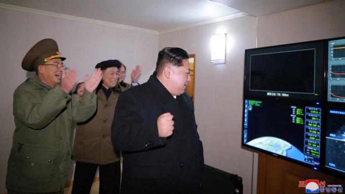 """Corea del Norte confirma que probó un nuevo sistema lanzacohetes múltiple """"supergrande"""""""