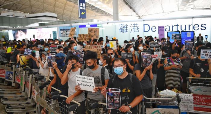 الآلاف يشاركون في مسيرة في هونغ كونغ وإغلاق أربع محطات قطار