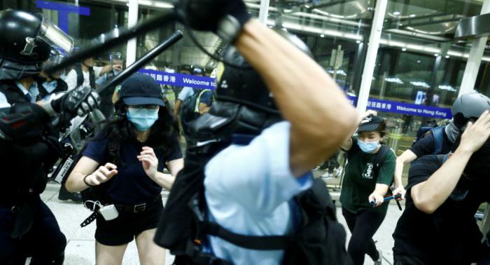 مطار هونغ كونغ يستأنف الرحلات الجوية بعد الاشتباكات والاحتجاجات الحاشدة