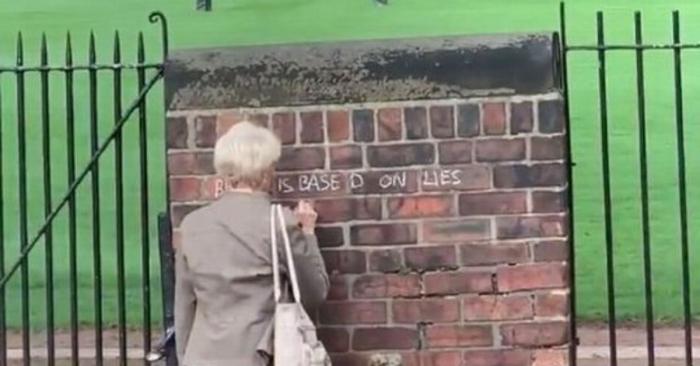 Une ancienne enseignante de 71 ans tagueuse anti-Brexit acharnée