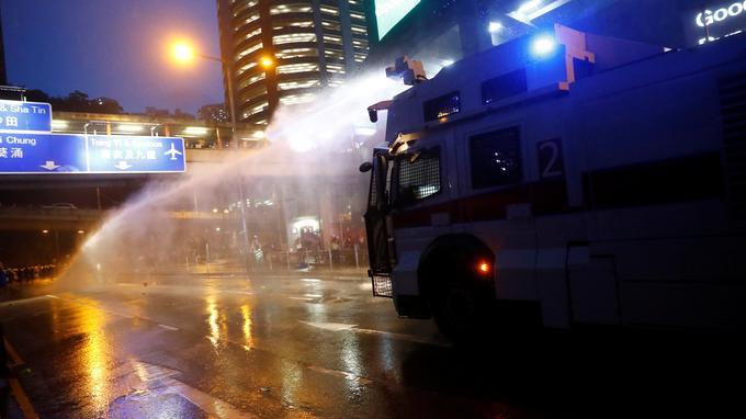 Hongkong : la police utilise un canon à eau contre les manifestants