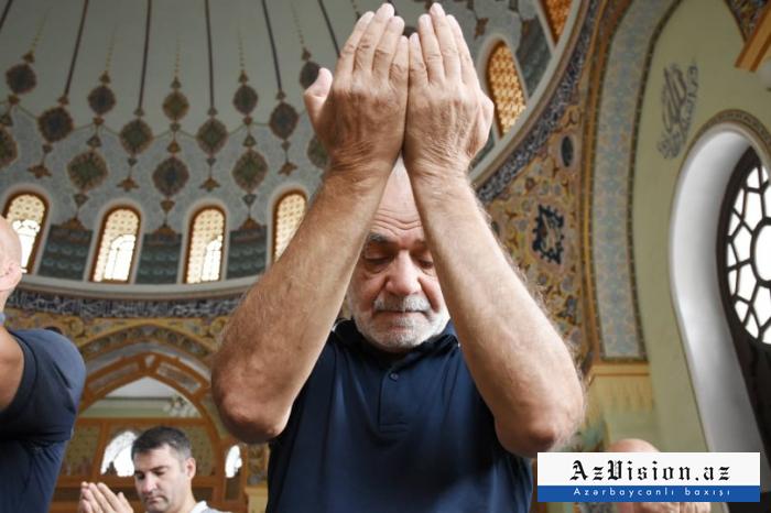 Azerbaïdjan:Des centaines de personnes accomplissent la prière de l