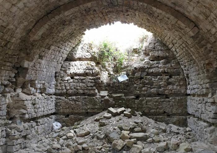 İsmayıllıda qızıl axtaranların dağıtdığı tarixi abidə - FOTOLAR