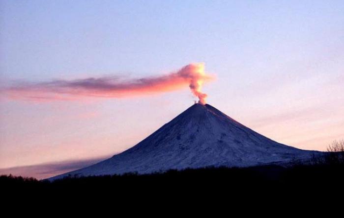 Kamchatka's biggest volcano spews 5 km-high plumes of ash