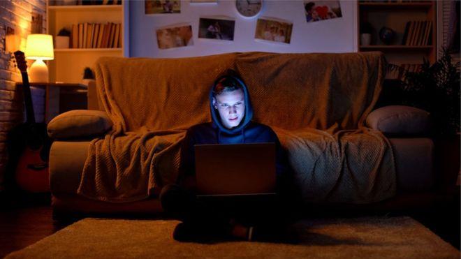 كيف أثر متطرفو الإنترنت في عقول الأولاد البيض في أمريكا؟