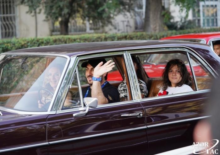 Leyla Əliyeva klassik avtomobillərin yürüşündə — FOTOLAR