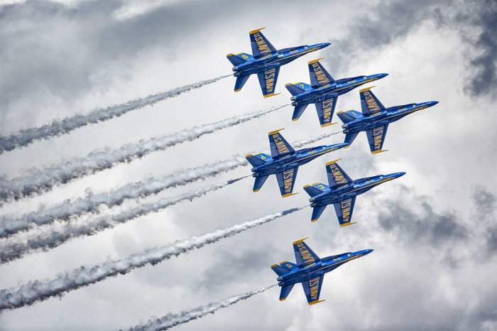 Two US Navy Blue Angels collide during Diamond 360 maneuver