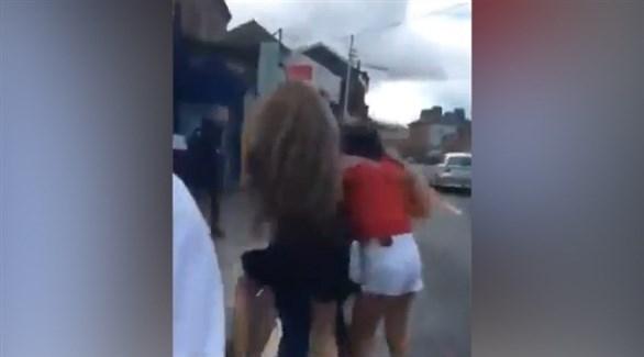 غضب في إيرلندا بعد نزع حجاب فتاة ورشقها بالبيض