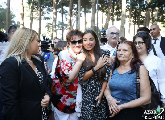Leyla Əliyeva Müslüm Maqomayevin məzarını ziyarət etdi - FOTOLAR