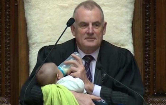 Spiker parlamentdə iki aylıq uşağa süd verdi - FOTO