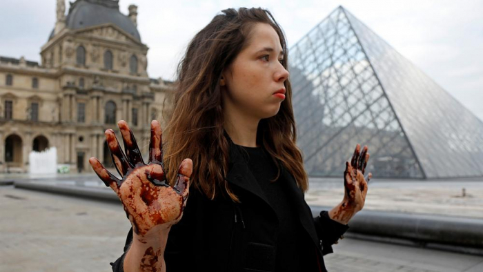 Protesters cover Louvre