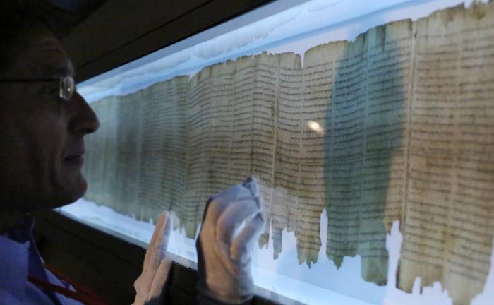 El libro que conservó su brillo durante 2.000 años en el fondo de una cueva