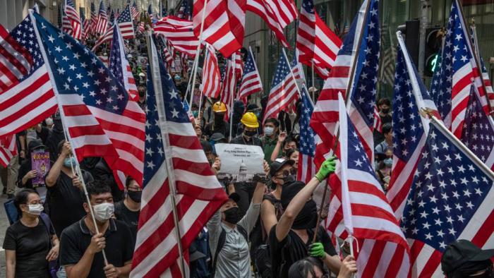 Los manifestantes de Hong Kong alzan la bandera de EE UU para pedir ayuda internacional