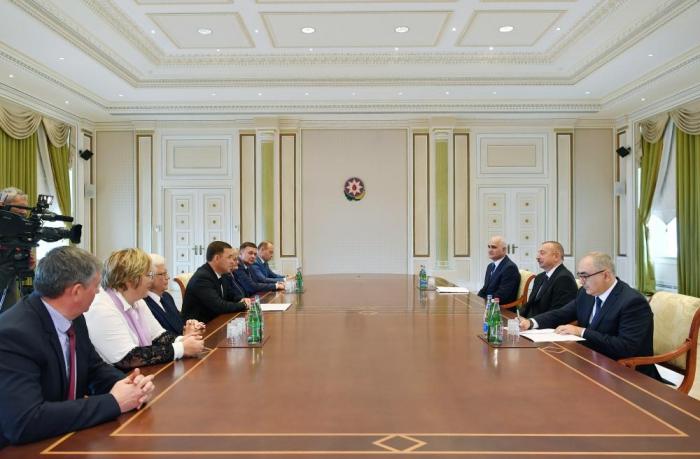 Präsident Ilham Aliyev empfängt den Gouverneur der russischen Region Swerdlowsk