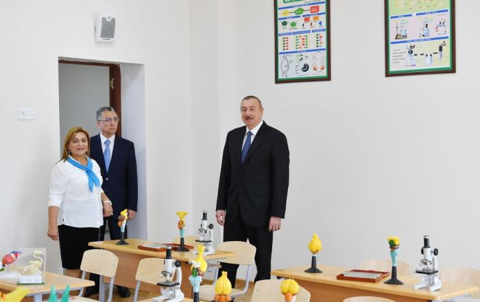 Präsident Ilham Aliyev besucht Mittelschule Nr. 208 nach gründlicher Renovierung