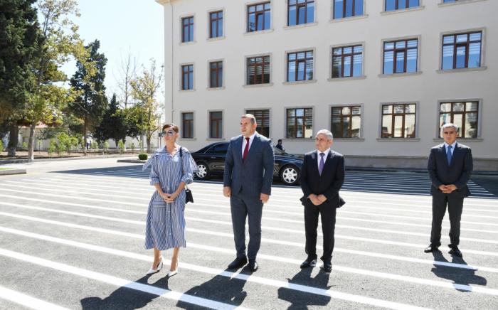 Mehriban Aliyeva se familiariza con las condiciones creadas en la escuela de Kurdajaní