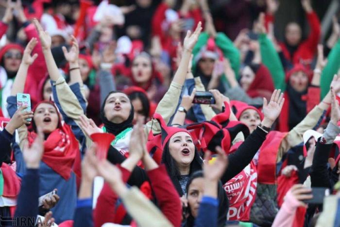 İranda qadınların stadionda futbola baxmasına icazə verildi