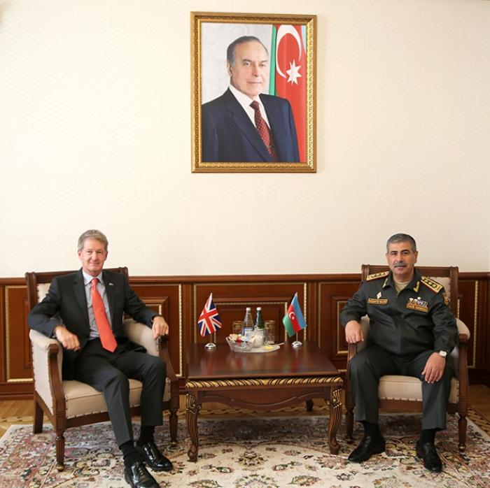 Ministro de Defensa de Azerbaiyán se reúne con el nuevo embajador británico