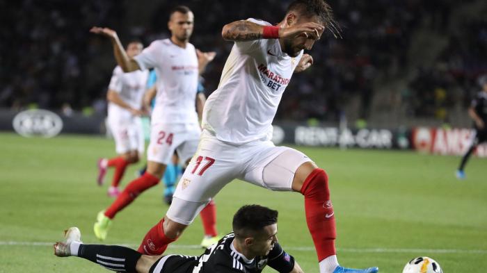 El Sevilla arrasa al Qarabag y Chicharito se estrena con un golazo