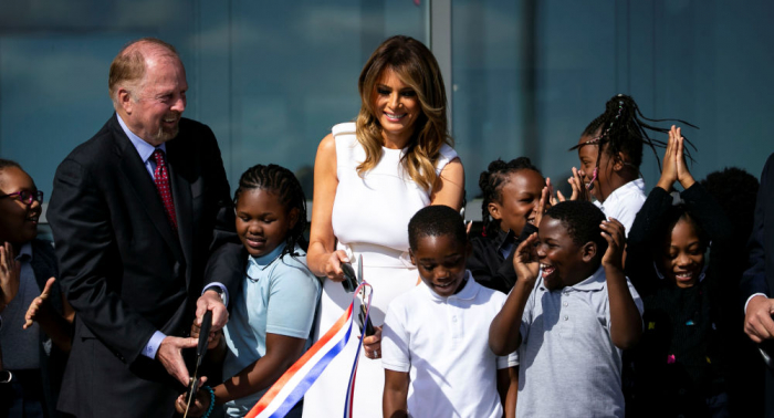 US-First Lady Melania Trump blamiert sich bei Einweihung des Washington Denkmals –   Video