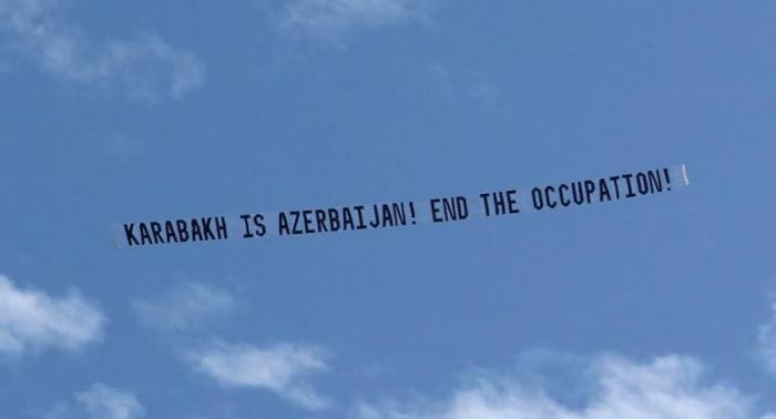 """Aviones con banners """" Karabaj es Azerbaiyán! Fin a ocupación!"""", mientras Pashinián está en Los Ángeles"""