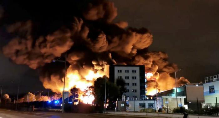 Unos 150 bomberos combaten incendio en una planta de lubricantes del norte de Francia
