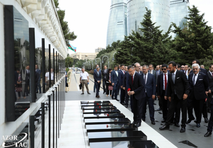 Turkish vice president pays respect to Azerbaijani martyrs